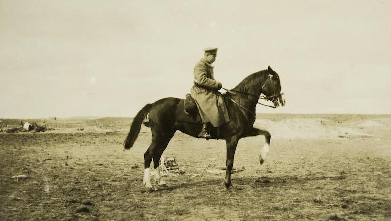Буякович верхом на лошади
